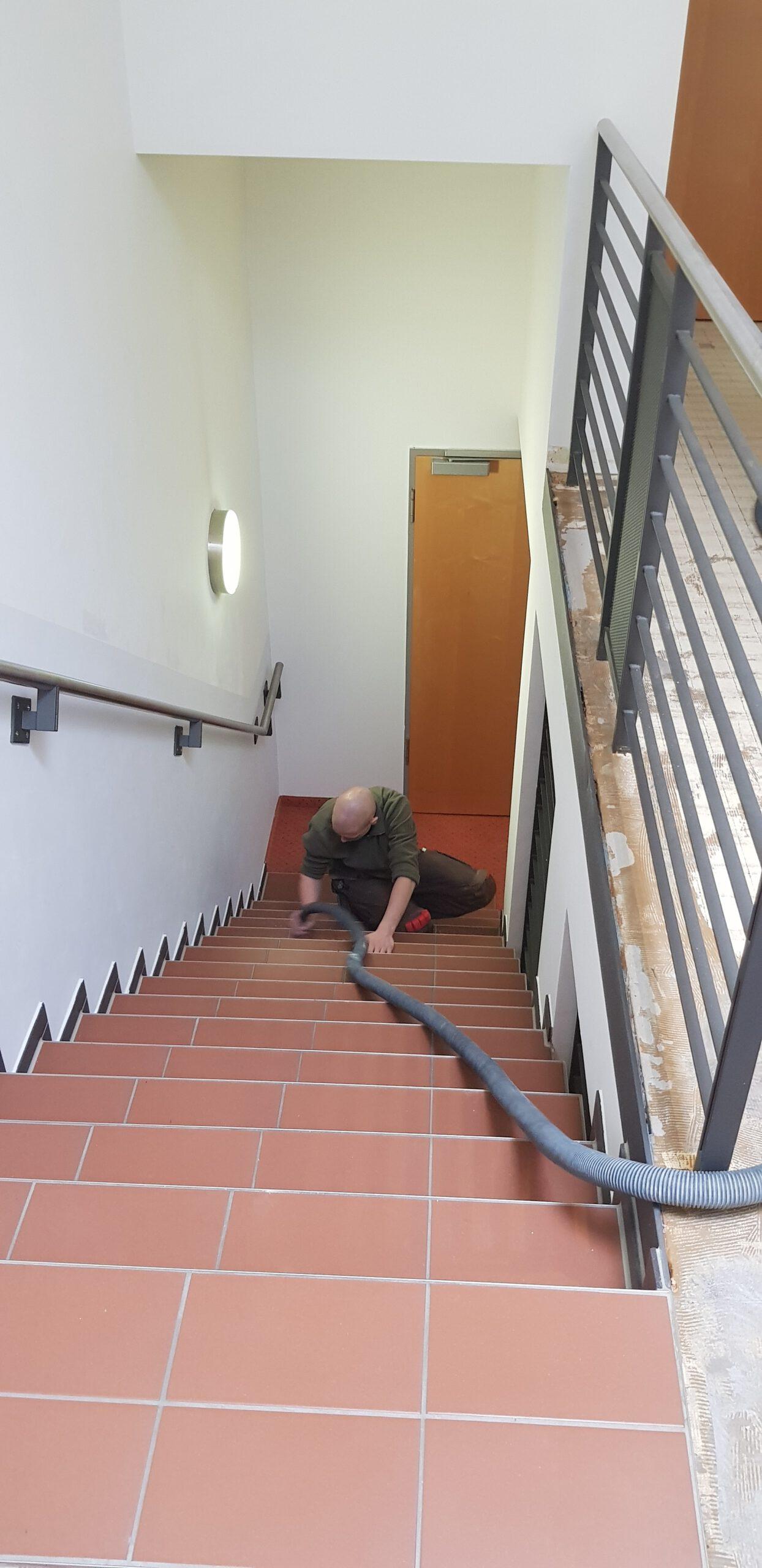 Treppenstufen in Vorbereitung für das Verkleben